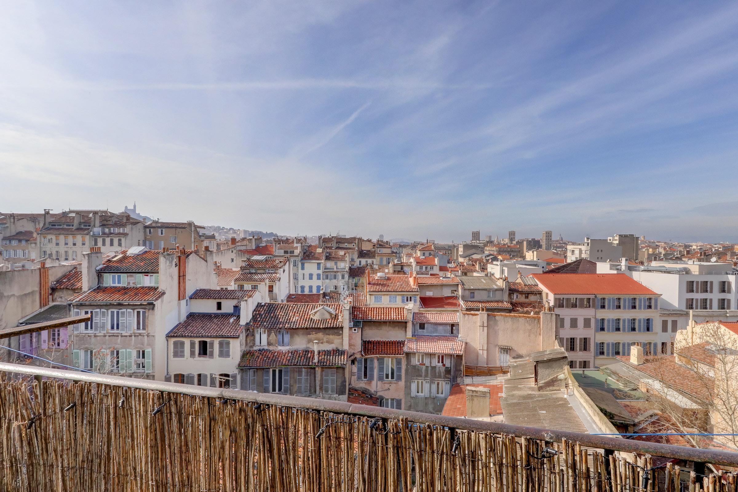 Un balcon sur les toits de Marseille